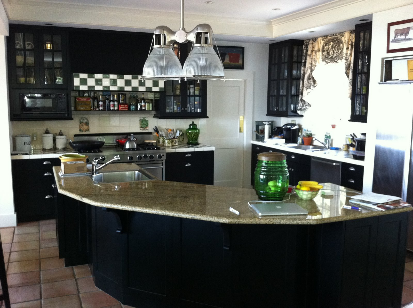 Black cabinets painted kitchens for Beautiful black kitchens