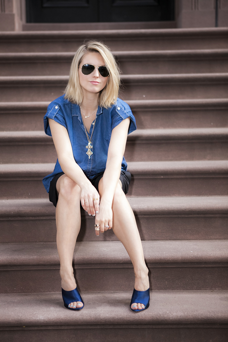 Messy blond hair, bed head bob, layered gold chain jewelry, stacked rings, Verameat, Finish the outfit, denim chambray tunic, brownstone steps in New York City