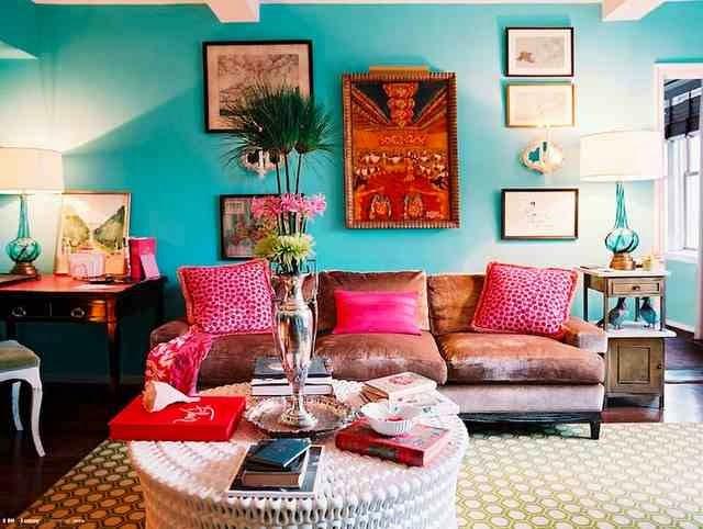 Turkusowa ściana i kolorowe dodatki