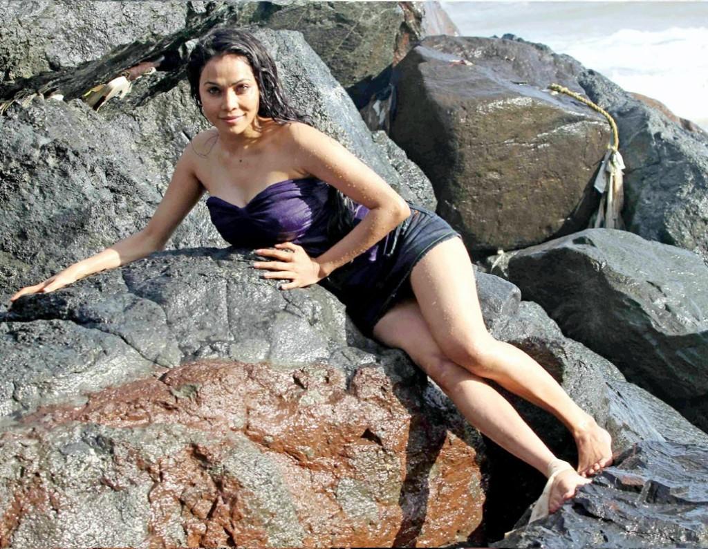 http://1.bp.blogspot.com/-8N80EMRkgc4/TfpZKS-asXI/AAAAAAAAA1Q/hGpV0bUlVfg/s1600/hot-item-girl-Nikitha-Rawal-masala-gallery.jpg