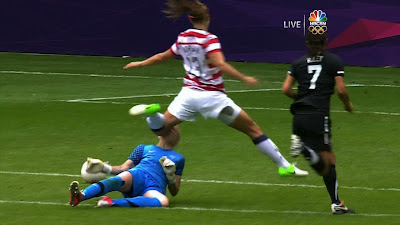 Alex Morgan bruising her knee