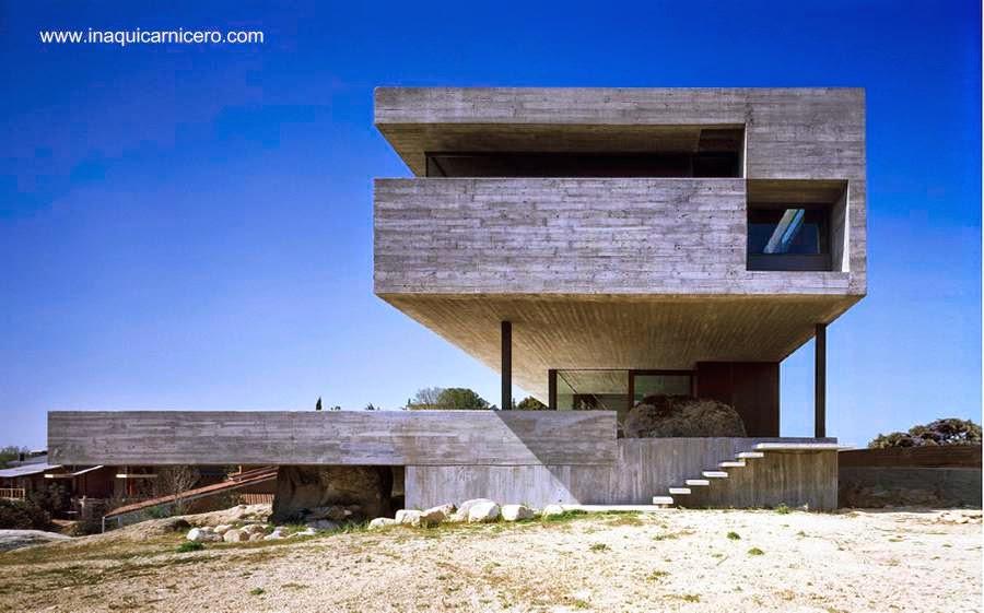 Residencial actual cerca de Madrid inspirada en el Brutalismo arquitectónico
