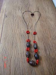 Colar com sibipiruna (semente vermelha)