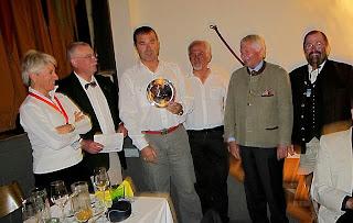 Lliurament del trofeu al tercer classificat n'Alfonso Pereda d'Espanya.