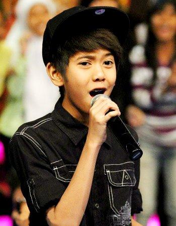 Foto Iqbal Coboy Junior Lagi Nyanyi