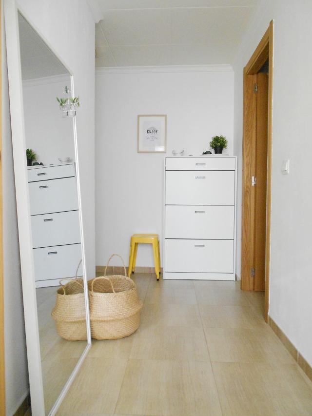 Muebles pr cticos por la decoradora experta un taburete for Zapatero en el recibidor