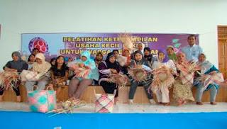 Indocement Pabrik Tarjun Adakan Pelatihan Keterampilan Anyaman