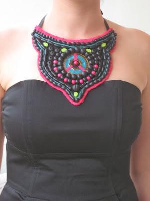 Cómo hacer un collar babero con abalorios en Recicla Inventa