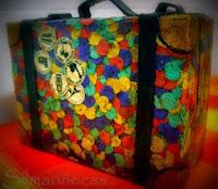 maleta_de_cartón_decorada_con_confetti-
