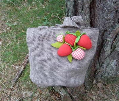 Szydełkowa torba z truskawkami