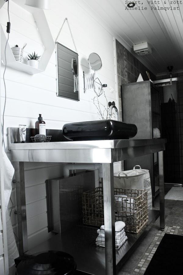 badrum, inredning, industriellt, industristil, rostfri arbetsbänk, restaurang inredning, grått i badrummet, svarta detaljer, vitt och svart, svart handfat, blandare i badrum, lilla bruket tvål, vit panel, liggande panel, spegel, klinkers, kakel, dekoration, interiör, hexagon, vit hylla i badrum, house doctor svart soptunna, svart papperskorg, korgar, trärena korgar, trådkorg, vita handdukar,