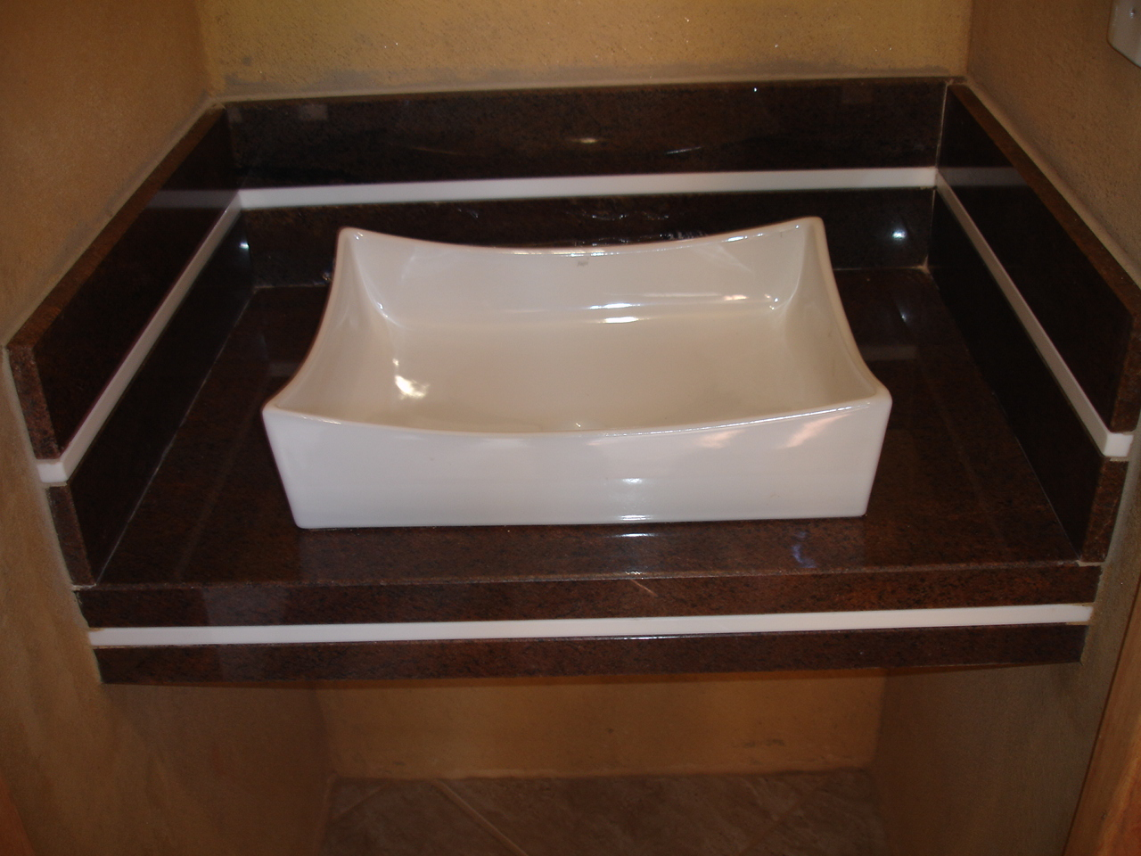 #623F24 Lavatório Marrom Tabaco com detalhe Marmoglass 1280x960 px Banheiros Com Granito Marrom 1449
