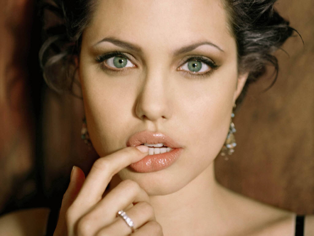 Angelina jolie biography and photos