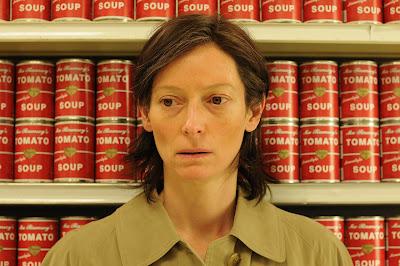 Tilda Swinton con latas de Tomato Soup detrás