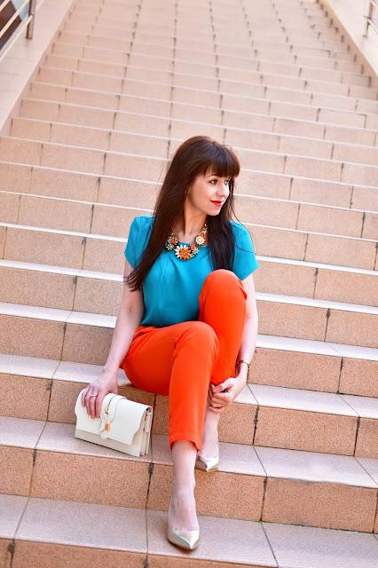 CHALLENGE DAY_Katharine-fashion is beautiful_Oranžové nohavice_Tyrkysový top_Masívny náhrdelník_Krémová kabelka_Zlaté lodičky_Kvety_Katarína Jakubčová_Fashion blogger