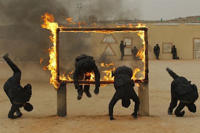 Гранични полицаи показват своите умения по време на церемония по завършването си в Саудитска Арабия.