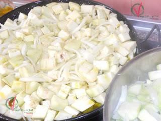 Freír la berenjena y la cebolla.