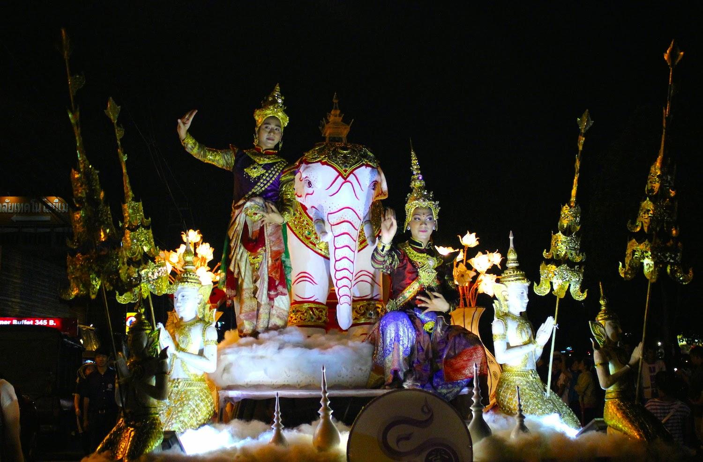 Uno dei carri della cerimonia d'apertura del Loy Krathong a Chiang Mai - foto di Elisa Chisana Hoshi