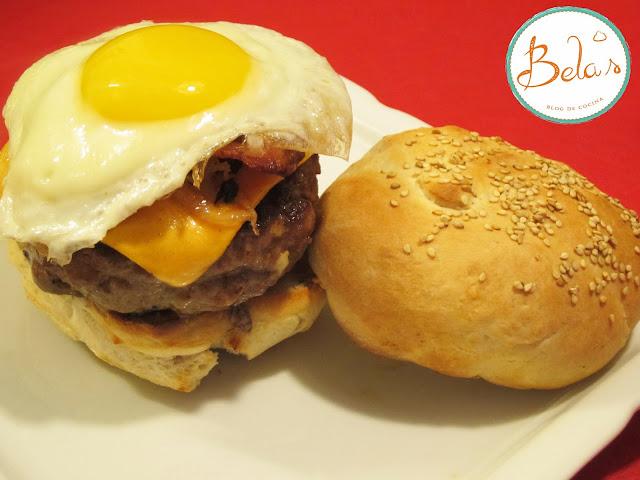 Hamburguesa con cheddar, panceta, cebolla y huevo