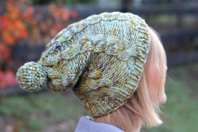 Ręcznie robiona czapka z warkoczami i pomponem