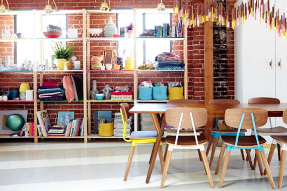ideia para escritório - escritório lindo - cadeiras coloridas - mesa de trabalho - parede de tijolinho