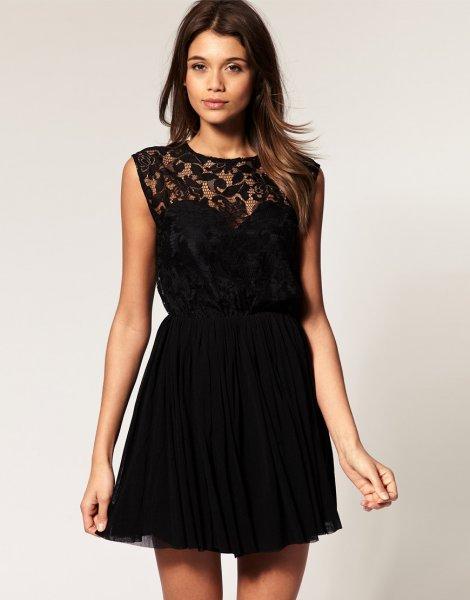Черное короткое платье с кружевом