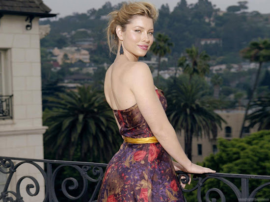 Actress Jessica Biel Glamorous Wallpaper