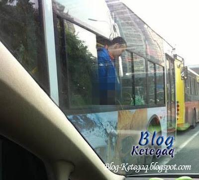 aksi lelaki kencing keluar dari tingkap bas