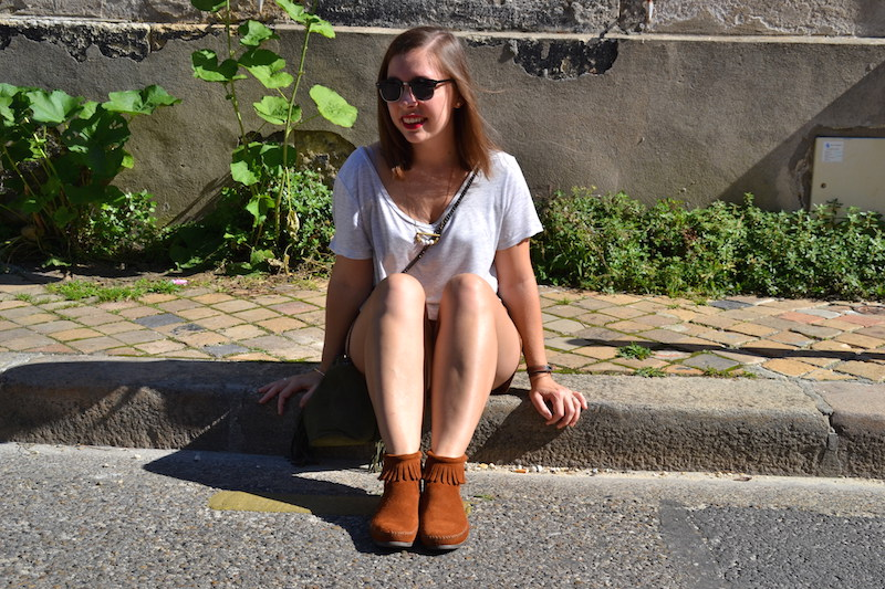 short en suédine New Look, t-shirt gris H&M, collier Bôme, bottine Minnetonka, sac sceau a frange kaki