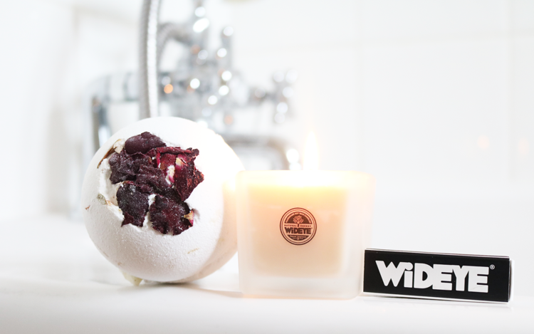 WiDEYE Late Lounge Bath Bomb & Vanilla & Lemongrass Soy Wax Candle review