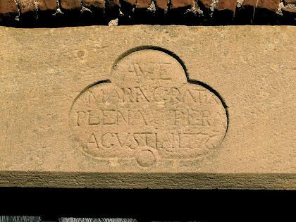 Llinda de la porta d'entrada de Ca l'Agustí