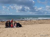 een spontane picknick op het strand met Ile Groix op de achtergrond