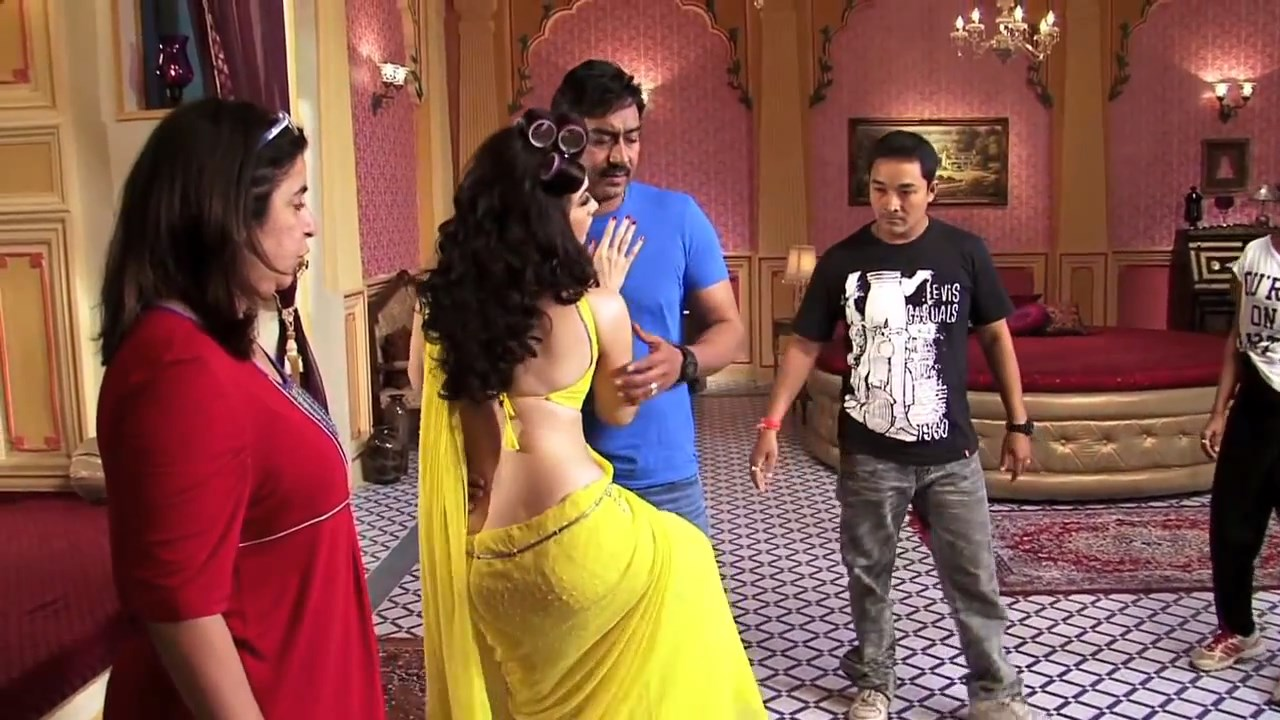 Tamanna Bhatia sizzling in yellow saree on the location of movie Himmatwala in 720p