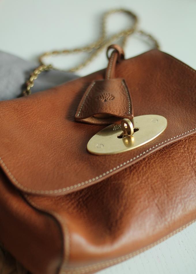 pieni tilava käsilaukku