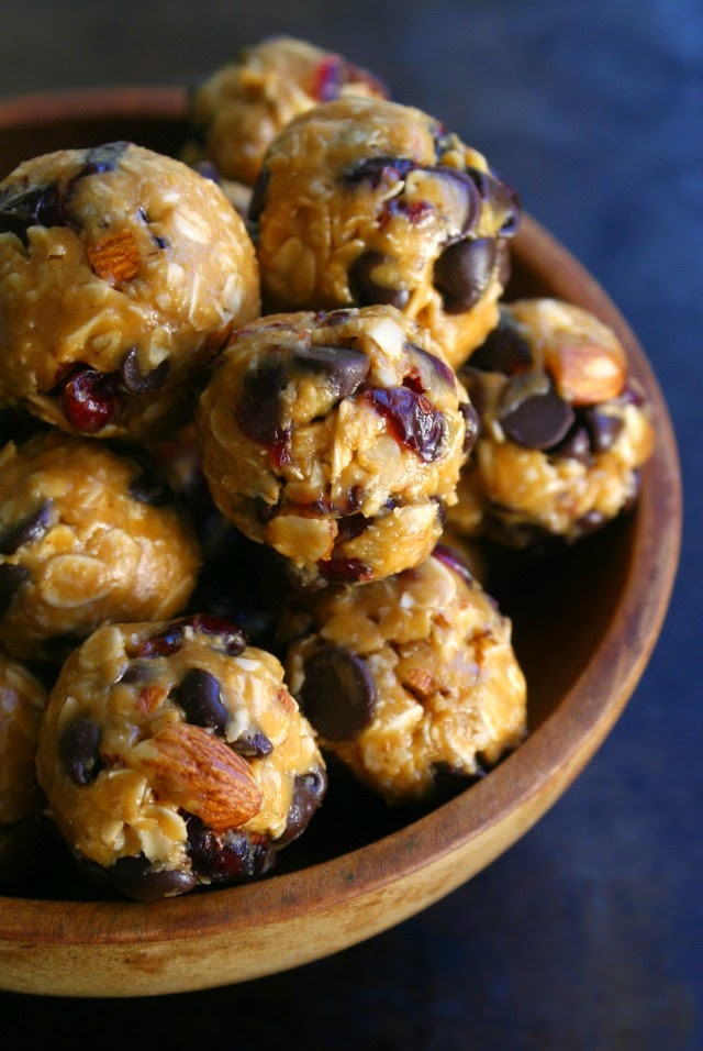 Chocolate Cranberry Almond Oatmeal Bites | thetwobiteclub.com | #nobake #healthy #snack