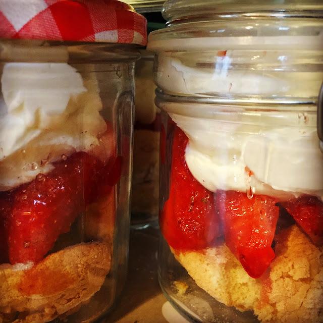 Pots-verrines fraises chantilly