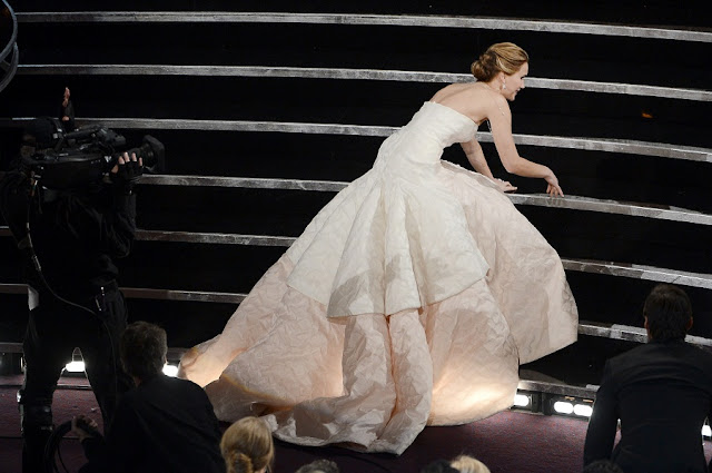 Jennifer Lawrence Falls At Oscars 2013