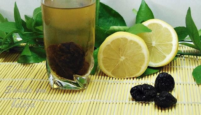 Agua com limão e ameixas