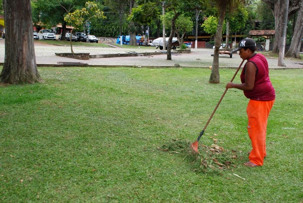 Praça Nilo Peçanha, da Escola Municipal Ginda Bloch, e Praça Higino da Silveira, da Feirinha de Teresópolis, recebem ações de limpeza, capina e poda nesta quarta e quinta-feira