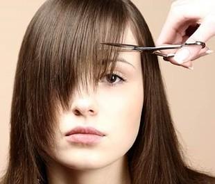 Astuces beaut savoir avant de se couper les cheveux femme d 39 aujourd huit - Comment couper une frange longue ...
