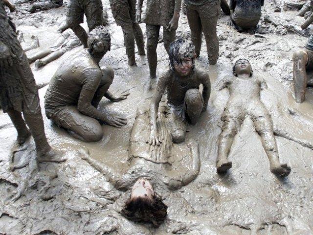 என்ன அசிங்கம் இது பாருங்கள். Mud+Day+celebration+%284%29