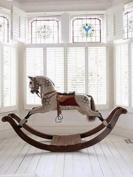 Koń na biegunach na białej podłodze