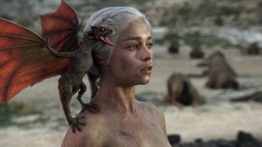 Game of Thrones - Daenerys Targaryen, nua, com um de seus dragões