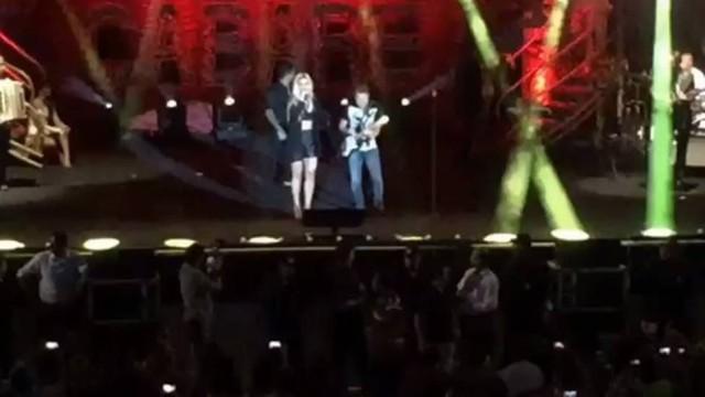 Thábata Mendes se apresenta pela primeira vez em show com Chimbinha; vídeo
