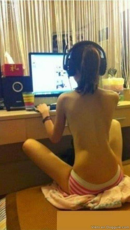 Mengintip Wanita sedang Online di depan Komputer