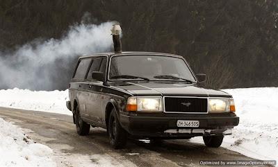 Volvo 1990 station wagon 240, que tem um fogão a lenha  totalmente funcional