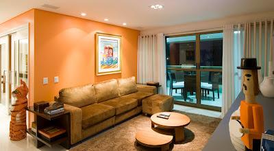 sala de estar com parede laranja