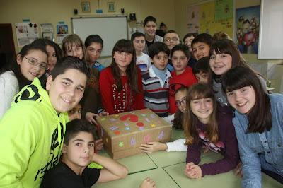 Los niños de la clase de Raúl reciben a Pepa y el Libro.