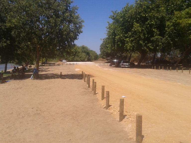 Estrada de terra ao lado da praia
