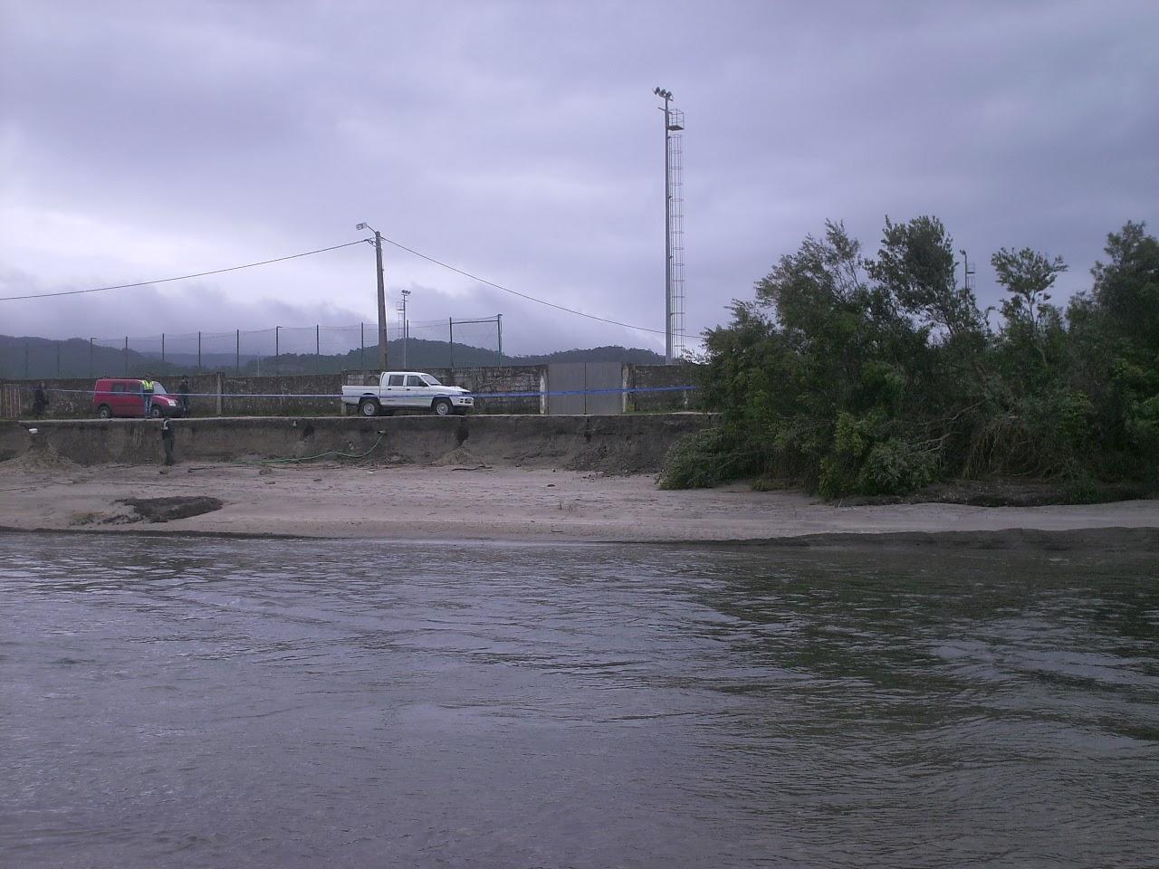Imagem: Margem do rio comida pelo mar, ao lado do campo de futebol